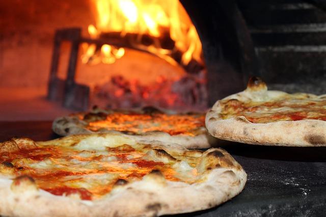 Prosta w przygotowaniu pizza z sosem holenderskim
